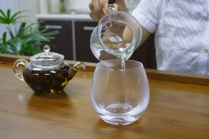 Hong Kong restaurants serve more hot water than iced water (Photo: hojotea.com)